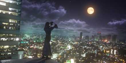 黒コートと月