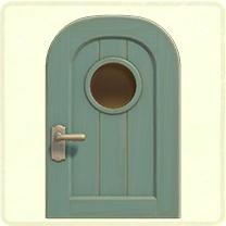 水色の丸窓のドア