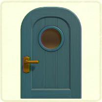 青い丸窓のドア